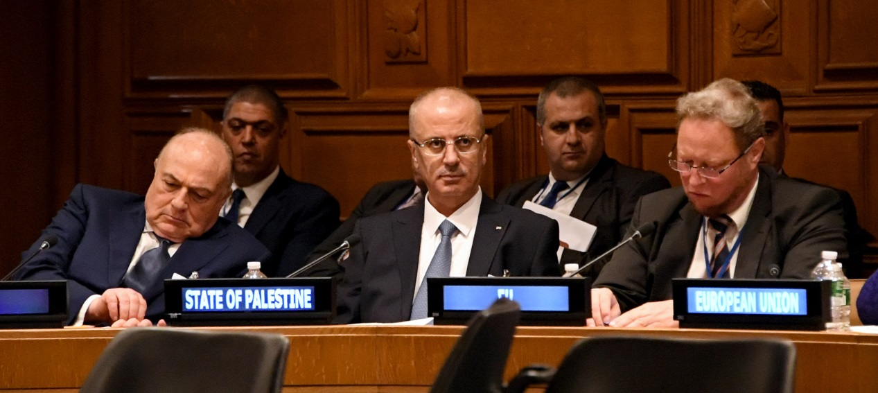 Palestinian Prime Minister Rami Hamdallah (center) and the Palestinian Minister of the Treasury Shukri Bishara (left) at a meeting of the Ad Hoc Liaison Committee (AHLC) at UN headquarters (Wafa, September 28, 2018).