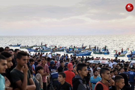 Gazans gather on the shore during the mini-flotilla (Facebook page of photographer Anas Jamal al-Sharif, October 15, 2018).