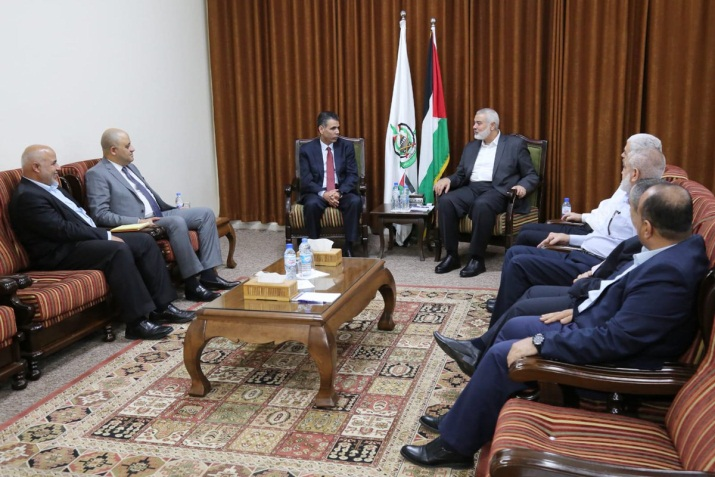 The Egyptian security delegation headed by Ahmed Abdel Khalaq (third from left), who holds the Palestinian file in Egyptian General Intelligence, meets with the Hamas leadership (Palinfo Twitter account, October 22, 2018).