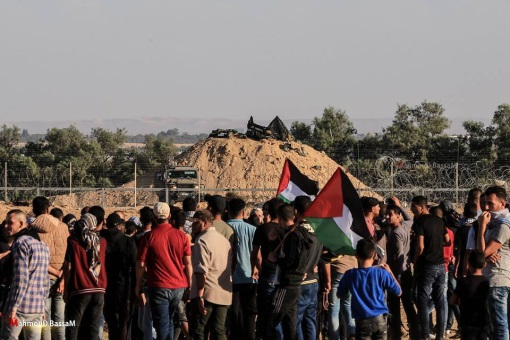 """Palestinians demonstrate in front of IDF forces in the central Gaza Strip during the """"return march"""" (Palinfo Twitter account, November 2, 2018)."""