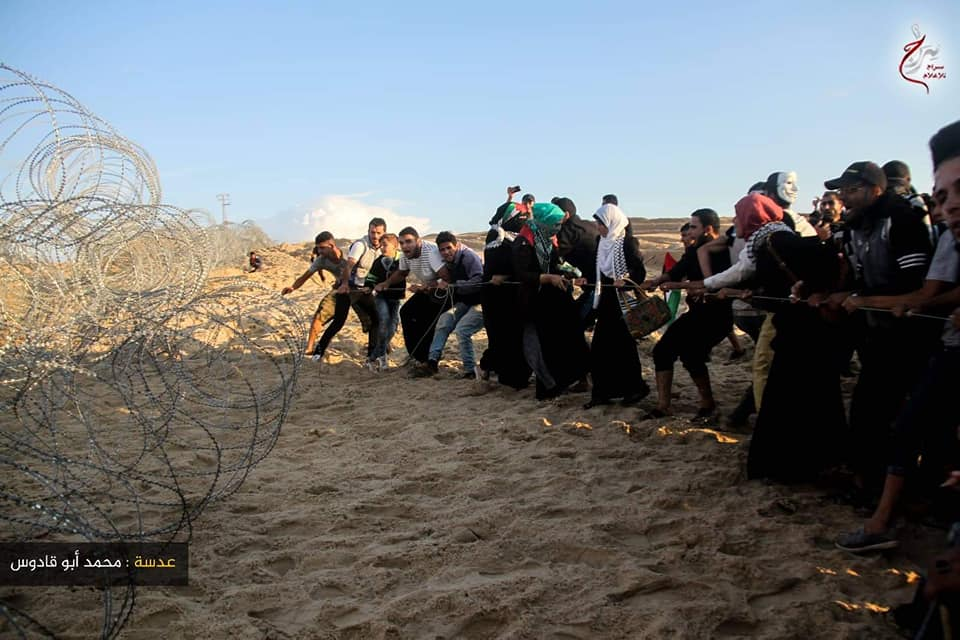 Rioters try to sabotage the barbed wire fence near the security fence (Supreme National Authority of the Great Return March Facebook page, November 5, 2018).