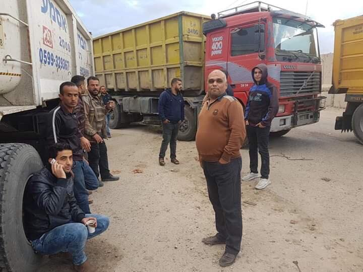 Palestinian truck drivers protest at the entrance to the Palestinian side of the Kerem Shalom Crossing in response to the PA's decision to tax trucks entering the Gaza Strip (QudsN Facebook page, November 5, 2018).