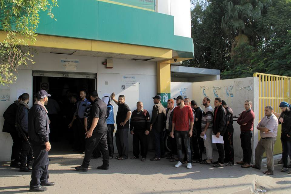 Hamas' security forces guard the payment of salaries at post office branches in the Gaza Strip (Facebook page of the Qatari Committee for the Reconstruction of Gaza, November 10, 2018).