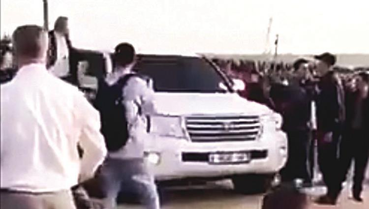"Rioters attack Mohammed al-Emadi's convoy in the ""return camp"" east of Gaza City (al-Ittihad, November 10, 2018)."