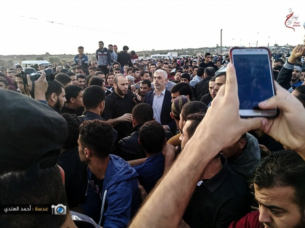 Yahya al-Sinwar, head of the Hamas political bureau in the Gaza Strip (white shirt), at the march in eastern Gaza City (Supreme National Authority of the Great Return March's Facebook page, November 10, 2018).