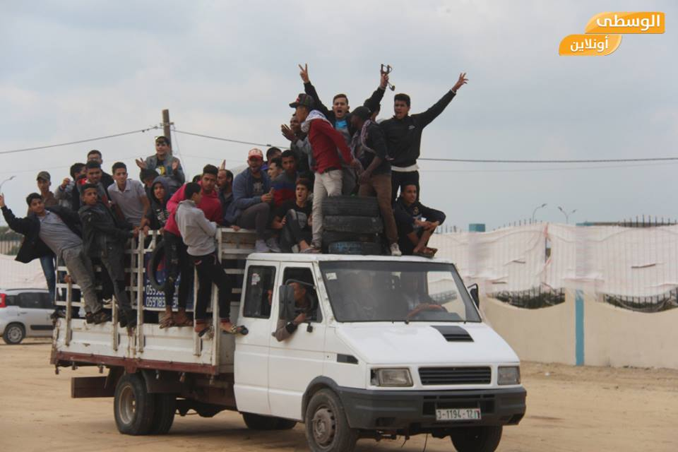Demonstrators brought by pickup truck to the sites of the
