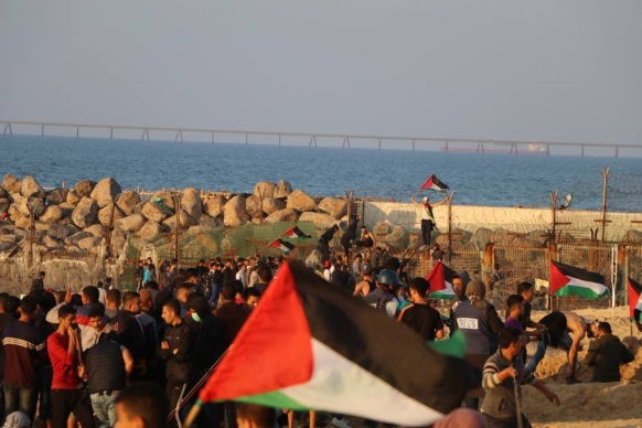 Palestinian demonstrators approach the border fence with Israel in the northern Gaza Strip (Facebook page of the PFLP's media unit in the northern Gaza Strip, November 19, 2018).