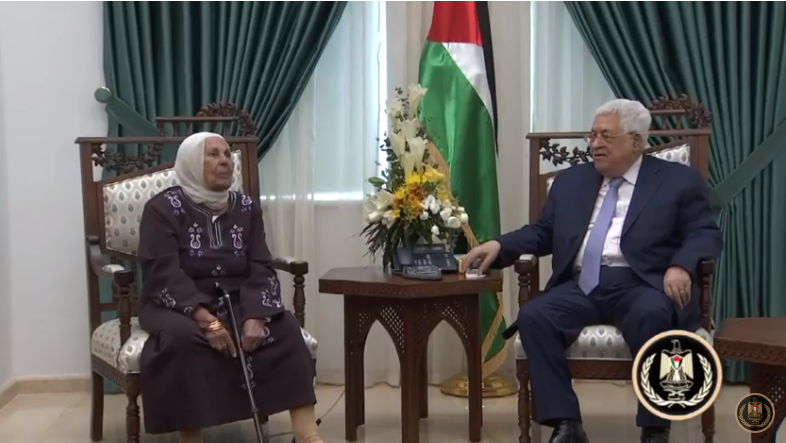 Mahmoud Abbas in his office in Ramallah with the mother of Palestinian terrorist Karim Yunis (Mahmoud Abbas' YouTube channel, November 18, 2018).