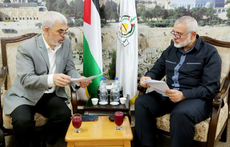 Isma'il Haniyeh, chairman of Hamas' general political bureau, and Yahya al-Sinwar, head of the Hamas political bureau in the Gaza Strip, hold a working meeting in the Gaza Strip on November 22, 2018 (Shehab Agency Twitter account, November 22, 2018).