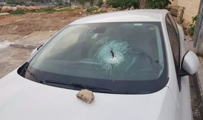 Front windshield of a car damaged by a rock thrown near Naveh Tzuf (western Benyamin area) (INN,December 3, 2018).