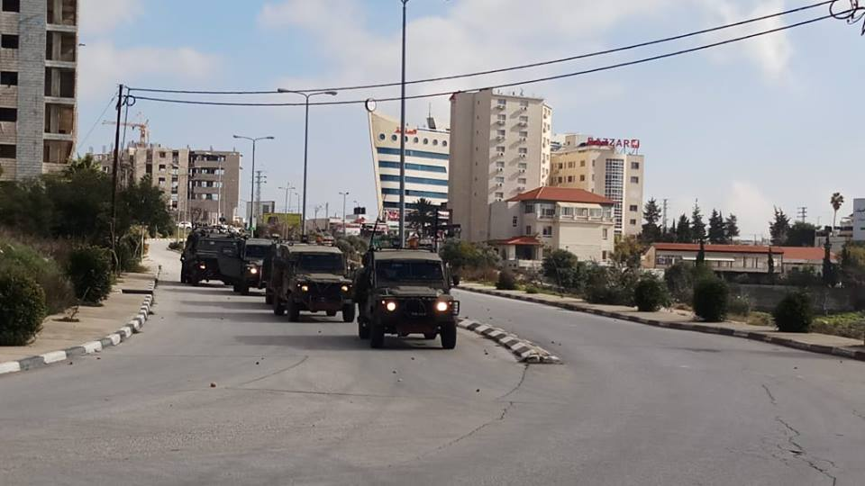 Activity of the Israeli security forces to locate the shooters. Right: Israeli forces on the outskirts of Ramallah (QudsN Facebook page, December 10, 2018).