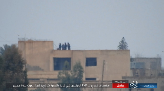 Five SDF fighters on the rooftop of a building in the village of Al-Bahra, northwest of Hajin (Al-Sham – Baraka Province, December 8, 2018).