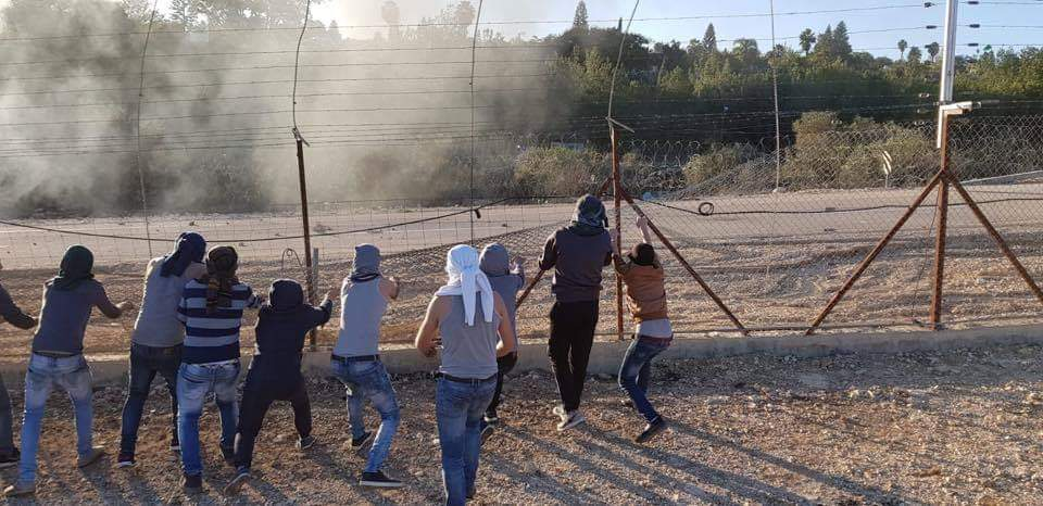 Palestinians try to destroy the security fence in the village of Bayt Sira near the community of Maccabim (Palinfo Twitter account, December 14, 2018).