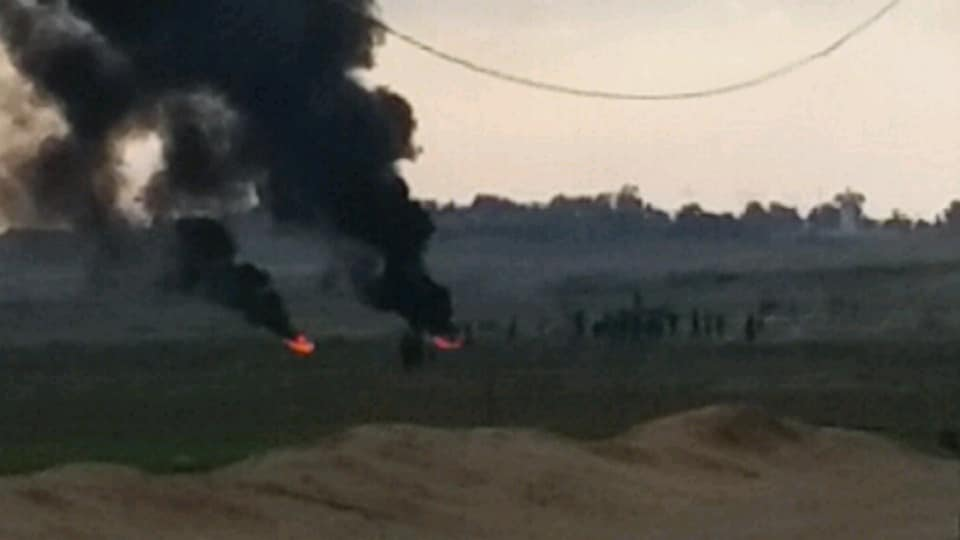 Palestinians burn tires in the eastern Gaza Strip (Facebook page of the tire-burning group of the al-Zeitoun area, December 24, 2018).
