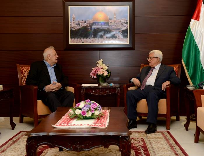 Mahmoud Abbas meets in his office in Ramallah with the chairman of the Palestinian central elections committee (Palestinian central elections committee Facebook page, December 24, 2018).