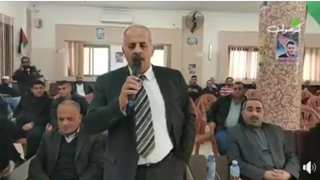 Tulkarm mayor Muhammad Yaqub briefs the Palestinians who attended the event about the municipality's donation to rebuilding the house of the Na'alwa family (Facebook page of Shuweika al-Ijtimaiya, December 21, 2018).