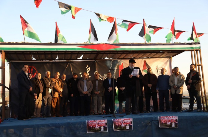 Khader Habib reads the announcement from the Supreme National Authority. Behind him are senior Hamas figures Khalil al-Haya (eighth from left) and Isma'il Radwan (Supreme National Authority Facebook page, January 4, 2019).
