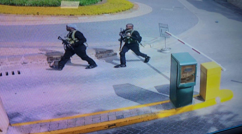 Two operatives of the Somali Al-Shabaab organization during the attack on the hotel. The photo is from the CCTV in the hotel complex (Twitter, January 15, 2019)