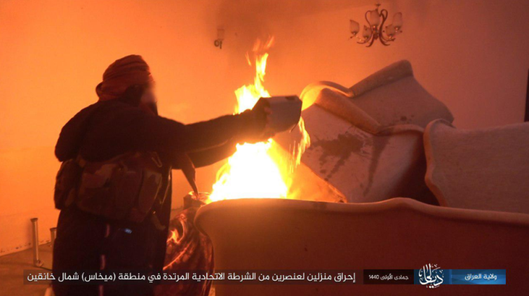 ISIS operative burning the house of a member of the Iraqi federal police north of Khanaqin (Iraq – Diyala Province, January 19, 2019)