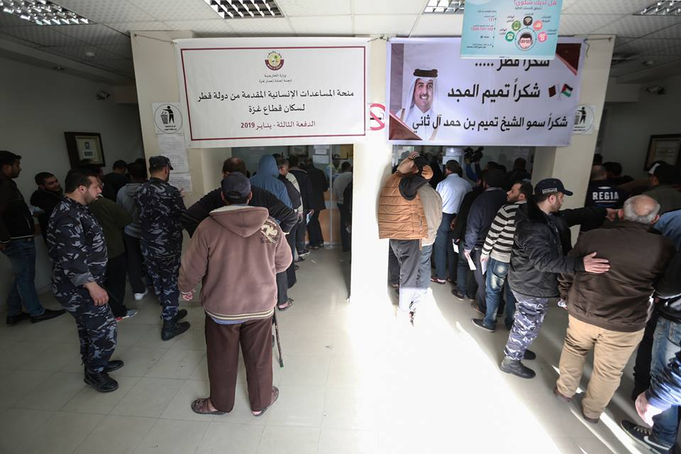 Hamas police secure the distribution of the funds. At the right is a sign thanking the ruler of Qatar, Sheikh Tamim bin Hamad al-Thani (Qatari Committee for the Reconstruction of the Gaza Strip Facebook page, January 26, 2019).