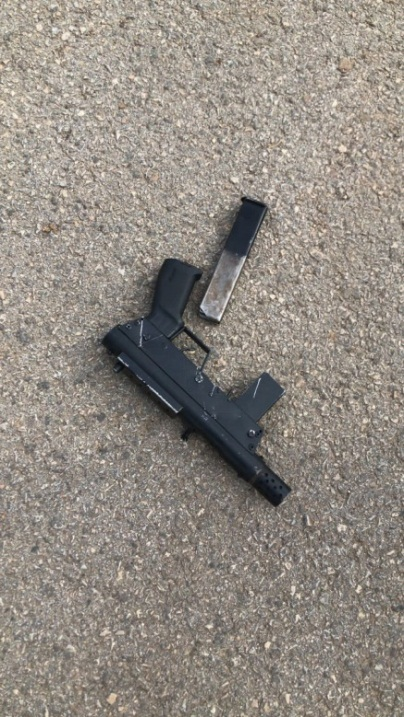 The improvised submachine gun found in the bag of the Palestinian at the entrance to the military court house (Paldf Twitter account, February 18, 2018).