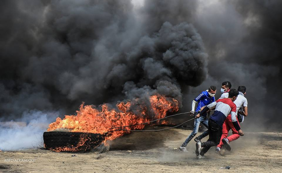 Palestinian rioters burn tires near the border security fence (Shehab Facebook page, April 20, 2018).
