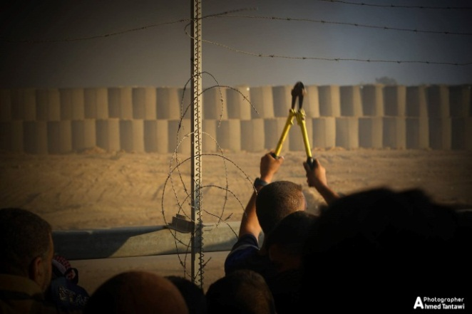 Palestinians cut the security fence east of al-Bureij (photographer Ahmad Khaled's Facebook page, October 13, 2018).
