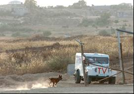 The jeep at the Kissufim Crossing with TV and Press signs painted on it (Picture courtesy of Yedioth Ahronot and Meir Azoulai).