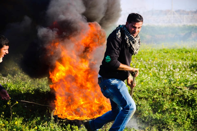 Palestinian rioters burn tires and throw stones near the security fence (Supreme National Authority Facebook page, February 22, 2019).