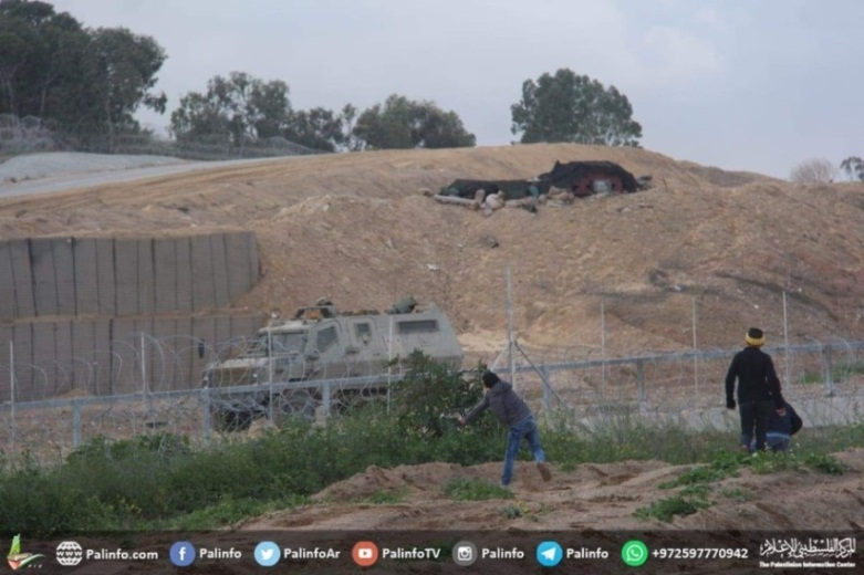 Children throw stones at IDF forces near the security fence in the central Gaza Strip (Palinfo Twitter account, March 1, 2019).