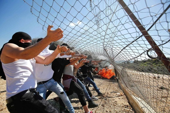 Palestinian rioters sabotage the security fence (Palinfo Twitter account, March 8, 2019).