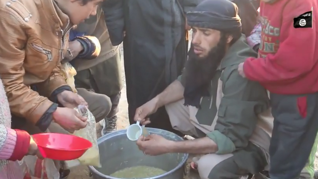 Food distribution to besieged ISIS operatives in the village of Al-Baghouz Fawqani (Shabakat Shumukh, March 11, 2019).