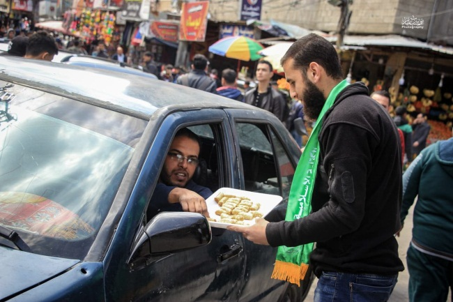 Hamas hands out pastries and candy in Gaza City to celebrate the terrorist attack (Palinfo Twitter account, March 17, 2019).