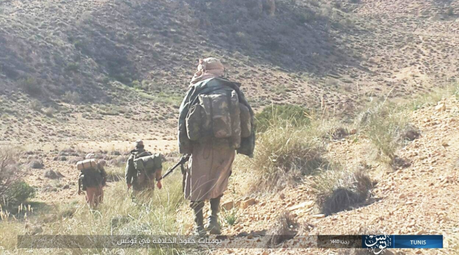 ISIS operatives in Tunisia. Right: Patrolling in a desert area. Left: In a wooded area (Shabakat Shumukh, March 17, 2019)