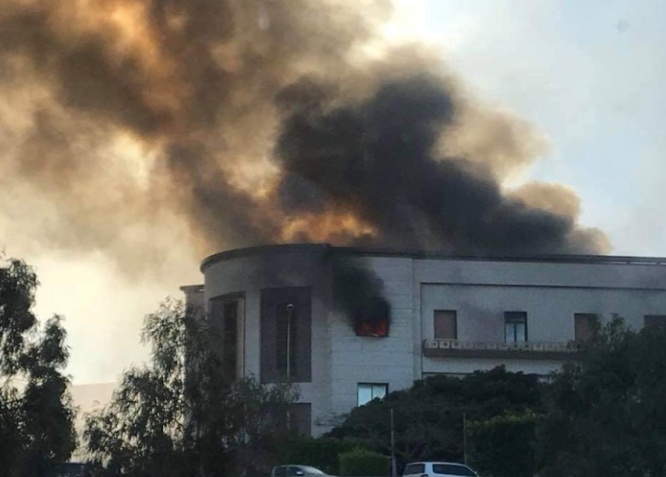 Smoke rises from the Libyan foreign ministry in Tripoli (Akhbar Libya, December 25, 2018).