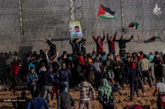 Palestinians rioting at the border fence in Gaza City (Supreme National Authority Facebook page, April 6, 2019).