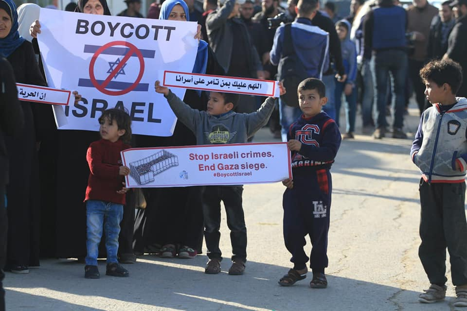 Women and children in eastern Gaza City call for a boycott of Israel (Supreme National Authority of the Great Return March Facebook page, April 12, 2019).