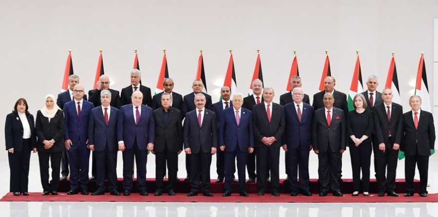 The new Palestinian government, headed by Muhammad Ashtiya, at the swearing-in ceremony held in Mahmoud Abbas' office in Ramallah (Wafa, April 13, 2019).
