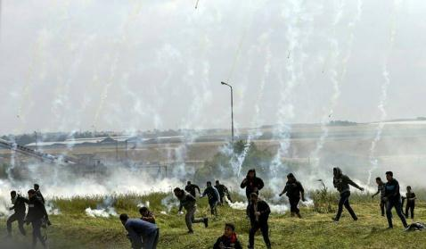 Clashes with IDF forces near the security fence. During the first return march (Al-Resalah's Facebook page, March 30, 2018)