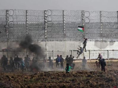 Rioters climbing the fence in eastern Gaza City (Facebook page of the Supreme National Authority for the Return March, March 22, 2019)