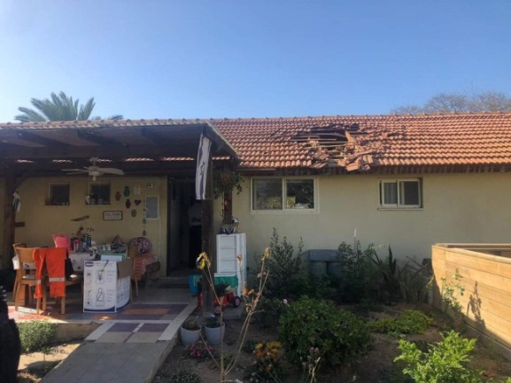 Rocket hit on a house in the community of Sha'ar HaNegev (Palinfo Twitter account, May 4, 2019).