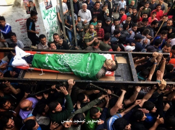 The funeral held of Hamed al-Khoudary in the al-Tufah neighborhood in Gaza City. His body is wrapped in a Hamas flag (QudsN Twitter account, May 6, 2019).