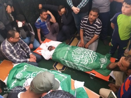 Al-Ghazali's body wrapped in a Hamas flag for burial (Palinfo Twitter account, May 6 2019).