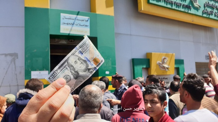 Distributing Qatari dollars at a Gaza branch of the post office bank (Facebook page of journalist Hassan Aslih, May 13, 2019).
