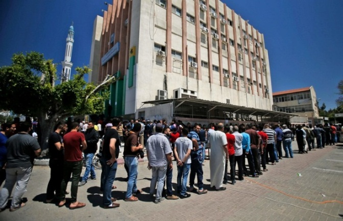 Residents of Gaza City wait in line to receive funds (Shehab Facebook page, May 13, 2019).