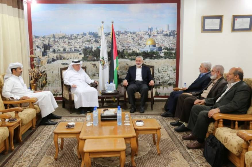(left to right from center) Isma'il Haniyeh, Yahya al-Sinwar, Rawhi Mushtaha and Khalil al-Haya with the Qataris (Shehab Facebook page, May 13, 2019).