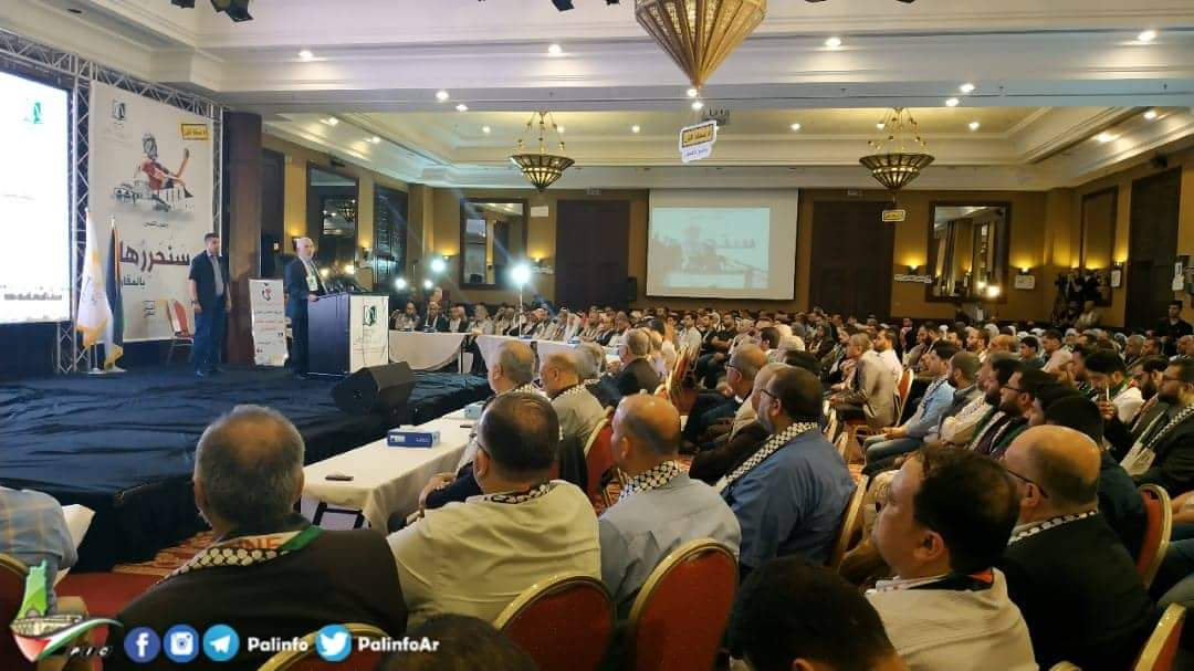 Yahya al-Sinwar gives a speech at the conference held in Gaza City to make Jerusalem Day. (Right: Huna al-Masira on YouTube, May 30, 2019. Left: Palinfo Twitter account, May 30, 2019).