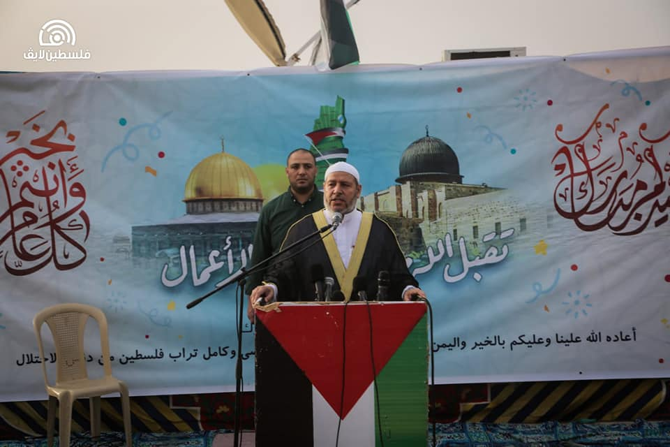 Khalil al-Haya delivers the Eid al-Fitr sermon.