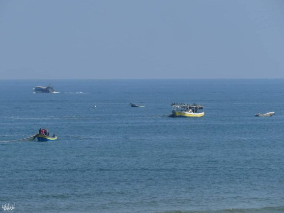 Fishing boats at sea after the fishing zone off the coast of the Gaza Strip was reopened to ten nautical miles (Twitter account of Mu'ataz Abu Rida, June 18, 2019).
