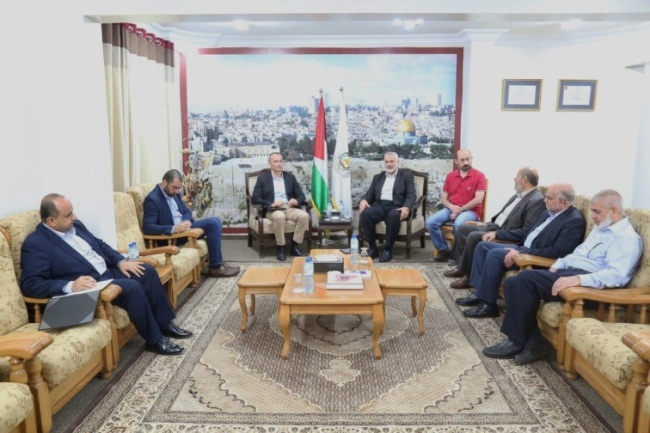 Isma'il Haniyeh (to the right of the flags) meets with Nikolay Mladenov. Next to Haniyeh are Khalil al-Haya and Rawhi Mushtaha, members of Hamas' political bureau (Twitter account of the information department of Isma'il Haniyeh's office, June 14, 2019).